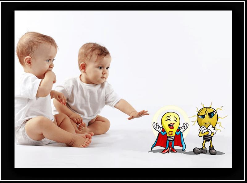 To barn på ca. 2 år sitter på gulvet og strekker seg for å få tak i to tegneseriefigurer.