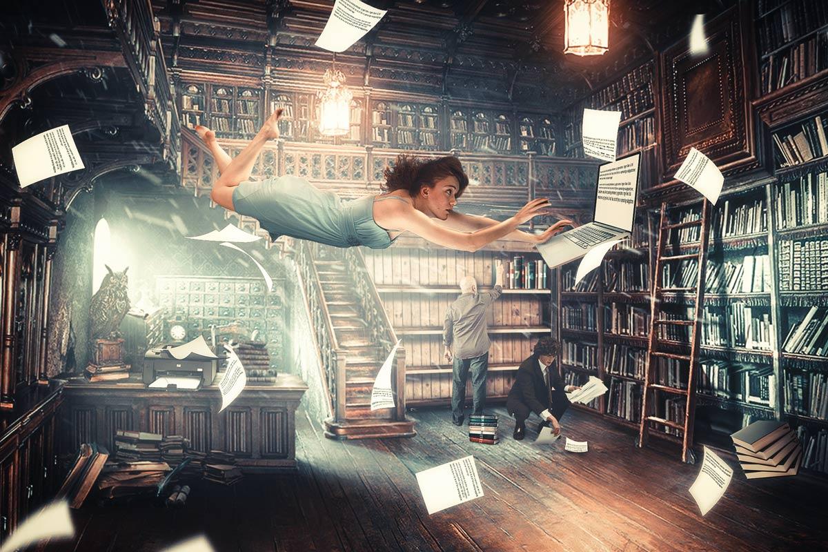 Ei jente flyr i luften i et bibliotek mens hun skriver blogg på en laptop. Arkene som skrives ut samles opp, settes sammen til bøker og plasseres på hylla bak jenta.