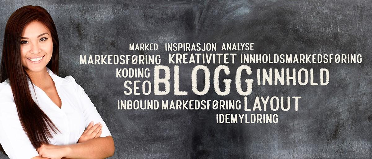 """Ei dame står til venstre i bildet foran ei tavle. På tavlen står det """"blogg"""" i midten. Rundt står relaterte ord og uttrykk"""