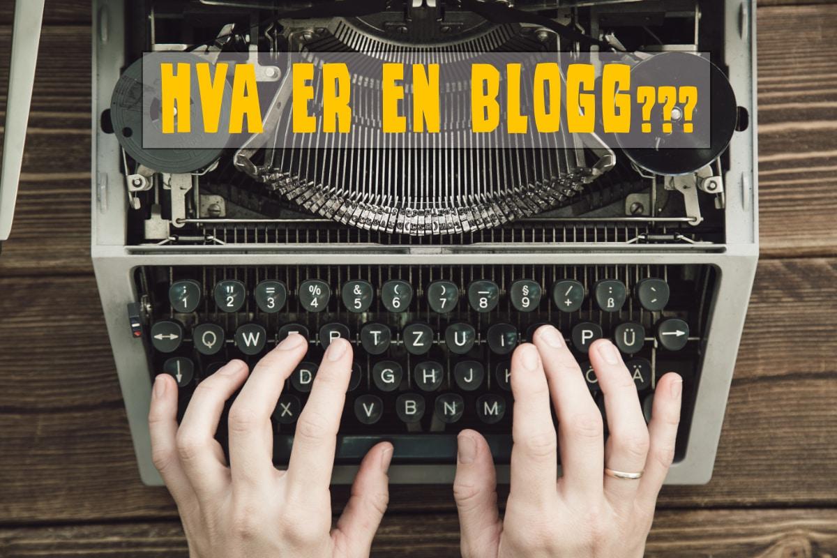 """To hender skriver på en gameldags skrivemaskin. Teksten """"Hva er en blogg?"""" sees øverst i bildet"""