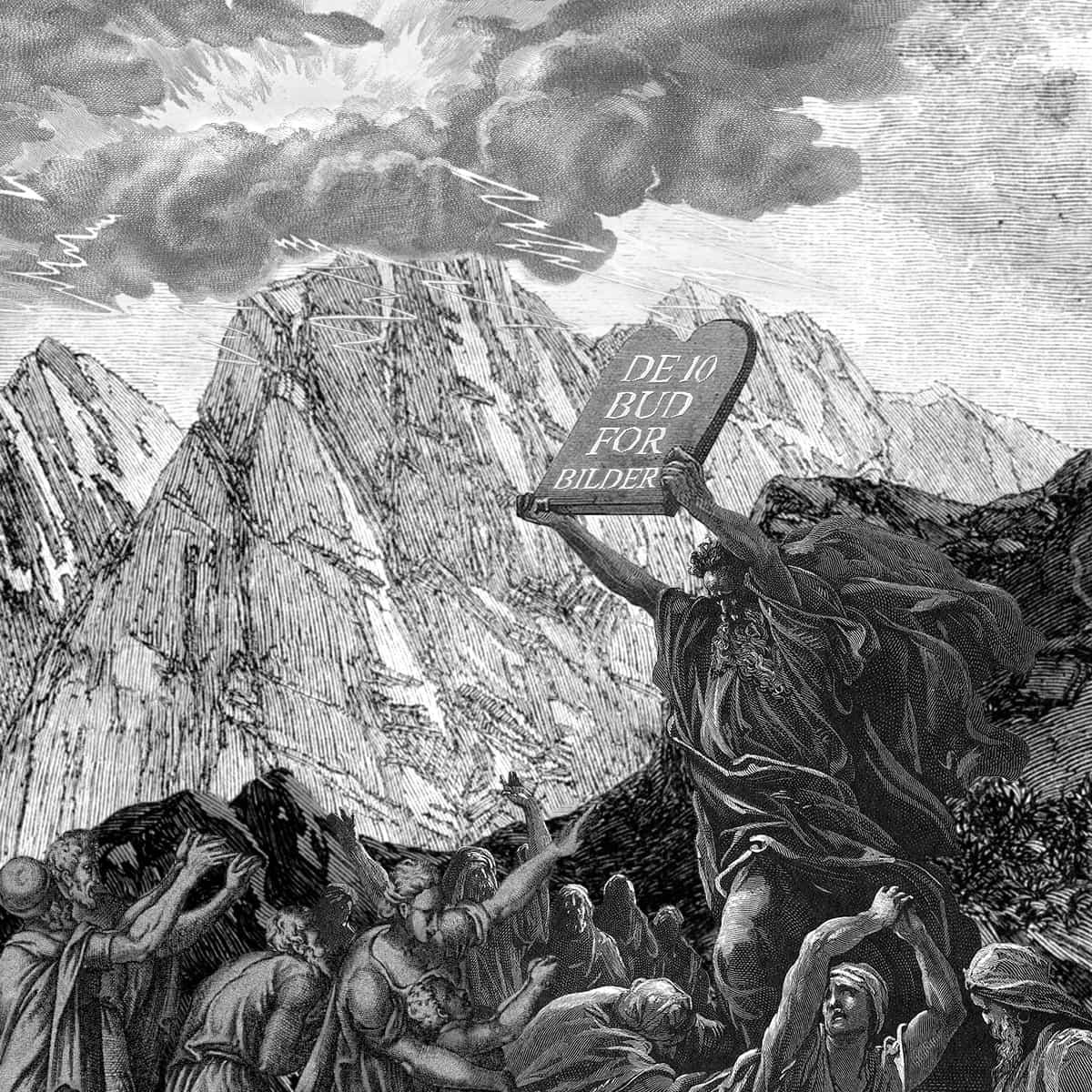 """En mann holder en steintavle opp mot himmelen. På tavlen står det """"De 10 bud for bilder"""". I bakgrunnen er det fjell og skyer"""