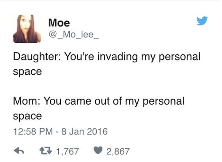 """Et Twitter profilbilde viser ei forskrekket jente. Under står teksten: """"Daughter: You're invading my personal space. Mom: You came out of my personal space"""""""