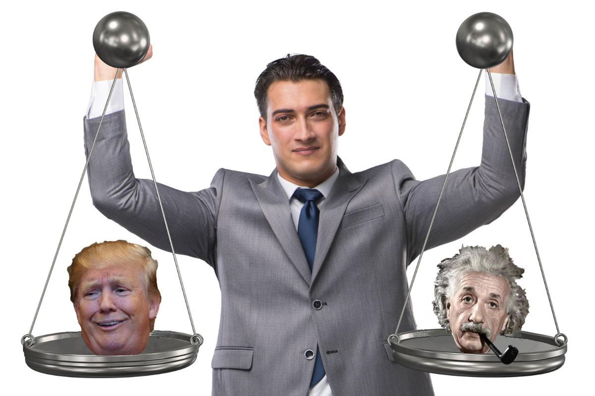 En mann i dress holder en manuell vekt med Donald Trump sitt hode på venstre side og Einsteins sitt hode på høyre side.