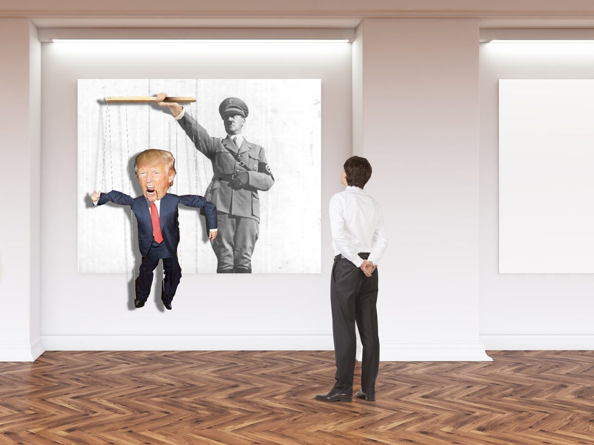 En mann i et galleri ser på Hitler som holder Donald Trump som en marionettdukke.