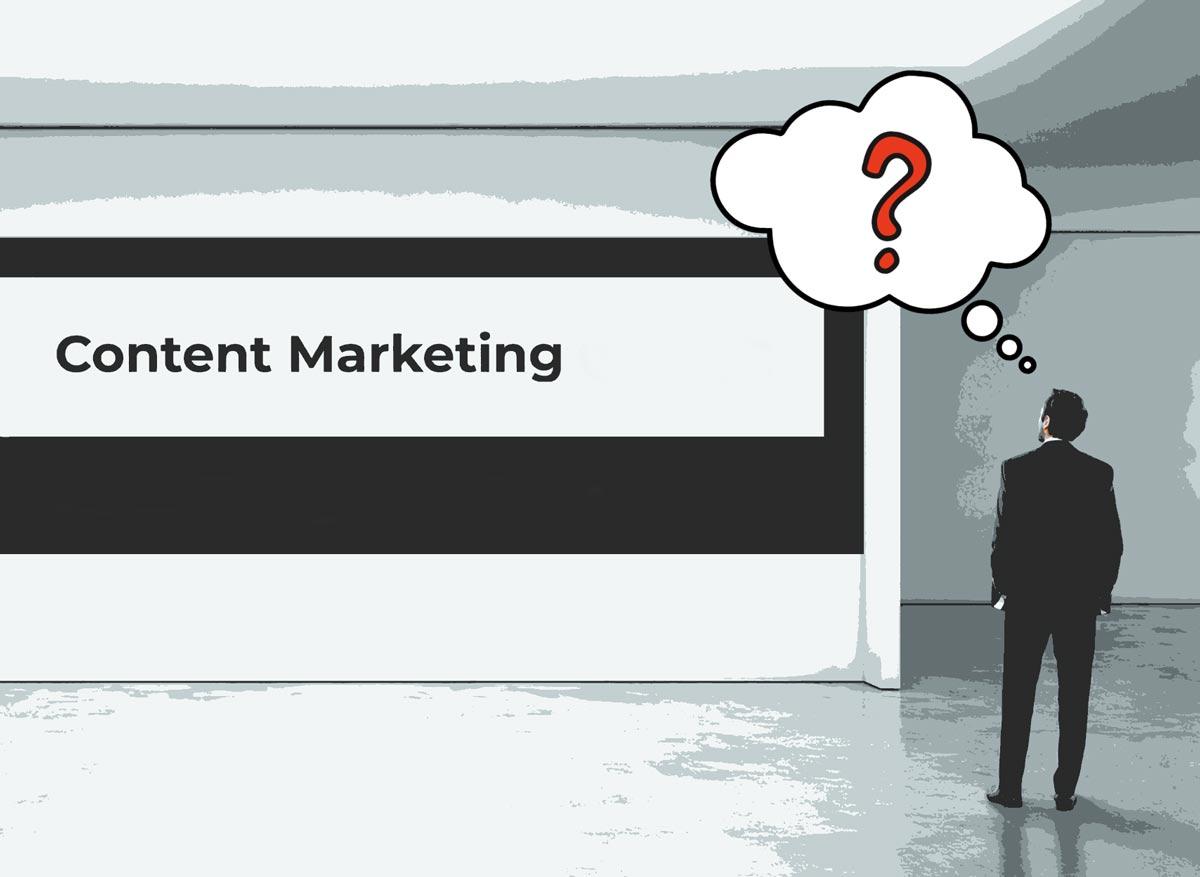 """En mann i dress på et galleri ser på et bilde der det står """"Content Marketing"""". Over mannen er en tankeboble med et sprørsmålstegn."""
