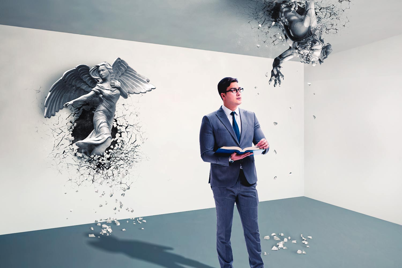 En mann i dress ser tankefullt ut i luften mens han holder en bok. Bak ham er en djevel og engel.
