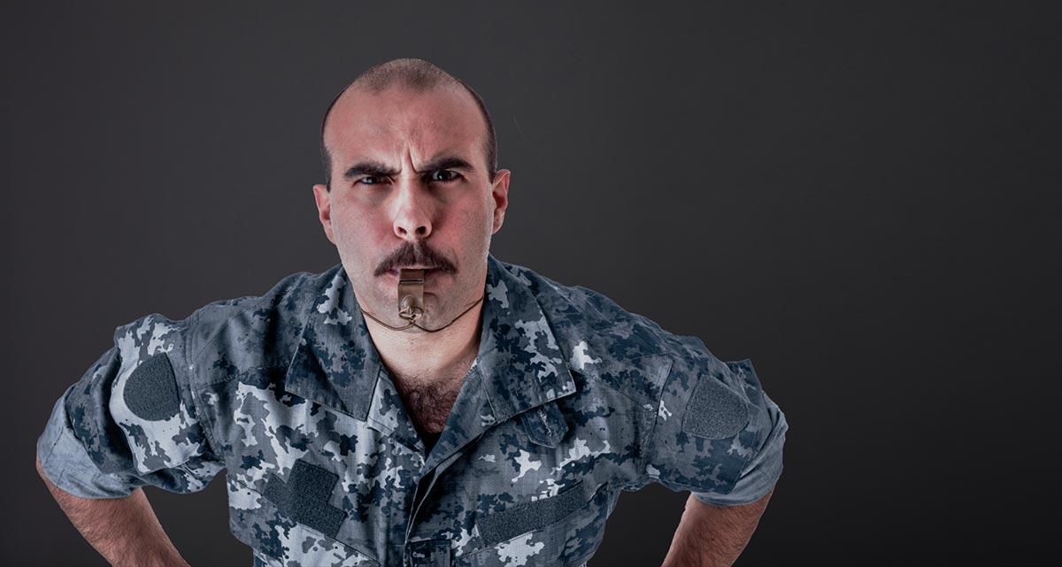 Sersjant med fløyte klar til å gi sine ordre for bloggingen.